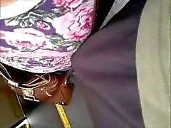 le tette toccanti con cazzo in dell'autobus