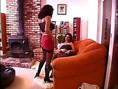 Brunette lesbisk lägger på soffan och slickar flickvän hennes fitta