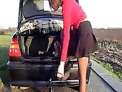 Sizzling Schlampe fügt große Sache in der Nähe ihres Fahrzeugs