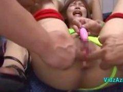 Asiatisk flicka Bondaged stimuleras och körd med leksaker av många killar på skrivbordet på Roo