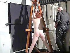Tina emprisonné et punies dans un de Donjon