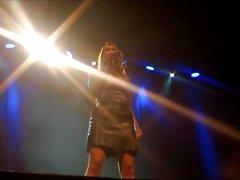 Carolin Kebekus zeigt ihre Alpha Pussy upskirt sur scène