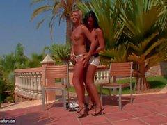De Natalia de Forrest et la d'Ashley de Bulgari satisfaire leurs veut des lesbiennes à l'extérieur