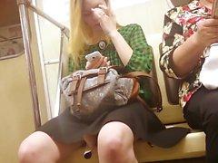 Blonde sexy monta o metrô e ela fica deslumbrante fil pernas