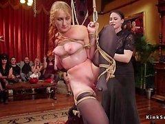 Kvinnliga slavar orgie knullas på fest