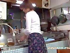 Madres para Coger Masturbating masturba en la cocina