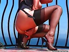 Loira sexy em meias pretas