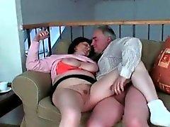 Vovó Busty desfruta de sexo explícito