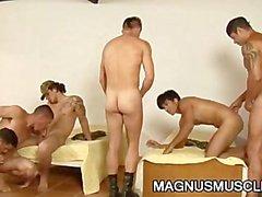 Мышечные солдат , имеющие групповым сексом