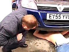 Vuotiaat nuoret Gay saatanan autotalli