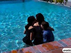 Séance de trois sexes dans la piscine
