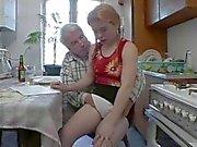 Старик и рыжеволосая маленькие в волосатые киски