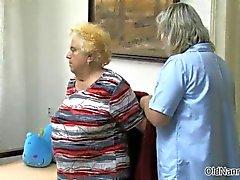 Kåt gammal kvinna går galet att få henne