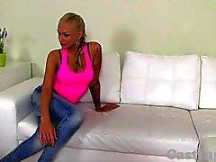 КАСТИНГ - возбуждённый Blonde любительские высасывает и ебать