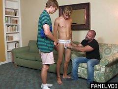 FamilyDick - Отец и сын сосет и скачет большой петух Twinks