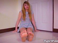 Ayak parmakları fetiş ladyboy güzel ayaklarını gösteriyor