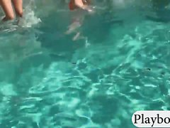 les femmes serrées montrer le cul et baisée dur par la piscine