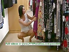 Jamee änglalika Brunettkvinna offentliga blinkande bröst och fitta