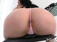 Inserción juguete dentro de su conducto anal llena de chicas con la alegría