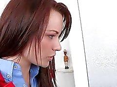 Genç güzellik uzun bir cesaret erkeklere yutmak seviyor