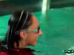 Les amis lesbiens deviennent sensibles à l'intérieur de la piscine publique