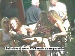 Потрясающие Сногсшибательные лесбиянки целоваться на людях