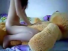 Adolescente da monta uma Teddybear que