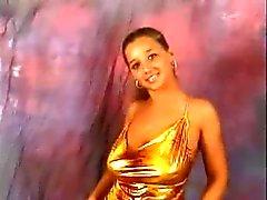 Modèle avec énormes seins rebondissantes dance compilation