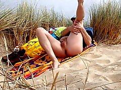 мужчина нудистский в дюнах