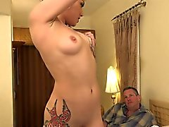Onyx имеет крошечный dicked киску муж . Она решает