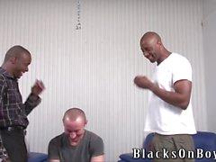 individuo divertido esmalte de obtiene ENCULADA por el hombre de negro