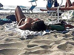 Seksi İtalya Milfs üstsüz güneşlenirken