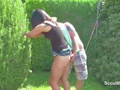 Vater fickt seine Stief -Tochter im Garten für Taschengeld
