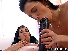 Brunette las lesbianas compartiendo un gran negro brutal consolador strapon en HD