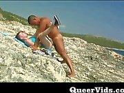 Guys гребаных на берегу моря