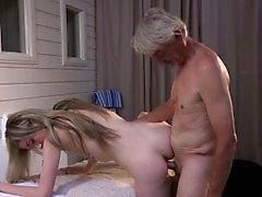 Versauten Skinny Mädchen verschenkt grandpa Full erotischen Massage
