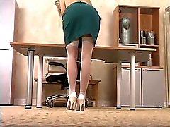 Het blondin sekreterare blir naken och lekar i ett dildon i arbets