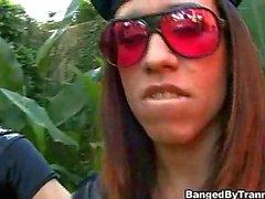 Kirli cani ağzına boşalmak ve transeksüel polisler tarafından gözaltına alır