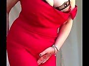 Granny atractiva enormes tetas , afeitado coño desnudándose alineada roja de 2
