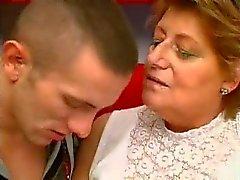 Knubbig Granny gillar dem yngre