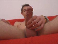 Gay sexy gioca il suo cazzo non tagliato
