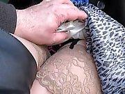 Blinkande och vidrör hennes strumpor toppar i en buss