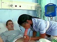Enfermera de Negro mama y folla a polla grande negro