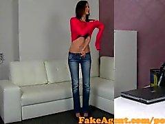 FakeAgent amateur de très fine avec baiser fort dans Castings