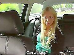 Blonde fodida se apoiou no segundo plano de táxi em falsa