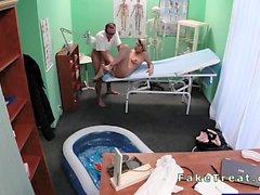 Chica embarazado cogido por su médico en el hospital falso