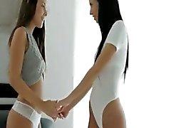 Süper esmer güzellik gençler Iwia ve Nikita lezbiyen eylem