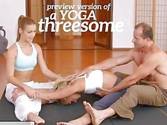 FitnessRooms Les filles de yoga se creampied dans un trio de classe de yoga