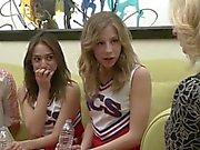 Cheerleader isst Milf