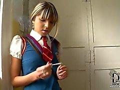 Koulutyttö saa kiinni tupakointi